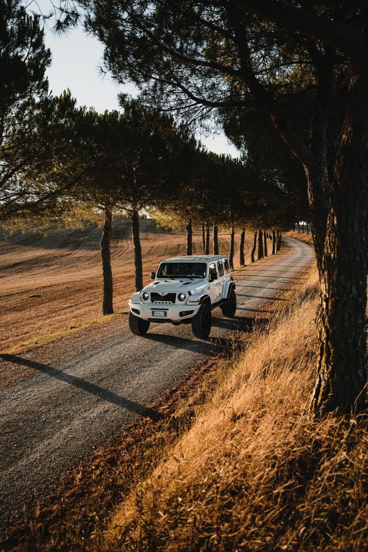 FEROX bianco in mezzo alle colline toscane durante il tour estivo #estateitaliana. Ferox è la punta di diamante del Brand Militem, Luxury car. con particolare attenzione al Lusso e al design Made In Italy. Esprime Grinta e solidità dei fuoristrada americani